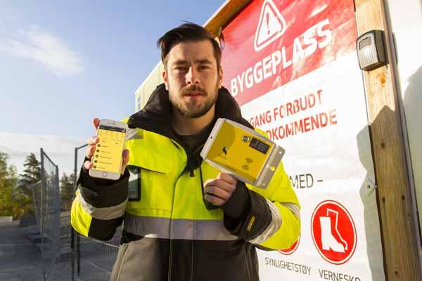 Arbeiderne registrerer seg ved sitt byggekort inn og ut av arbeidsplassen elektronisk. Et enkelt «swipe» og du er inne!