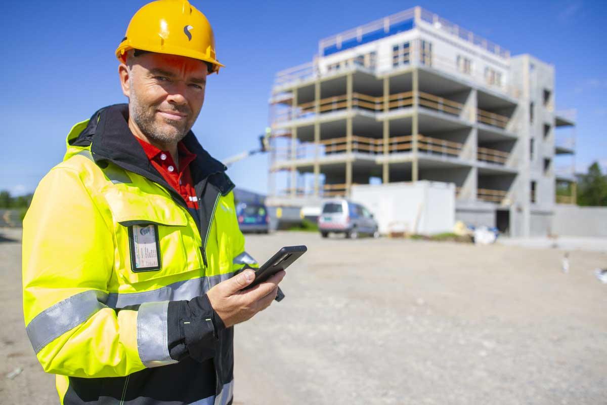 dokumentasjon på mobil på byggeplass