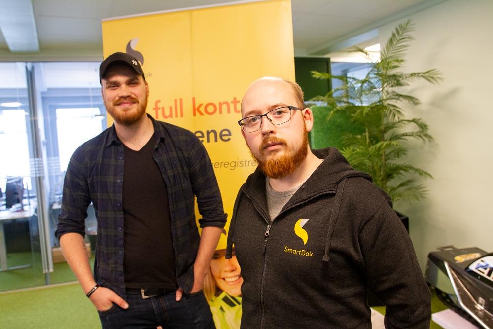 Antall utviklere på hovedkontoret til SmartDok i Alta øker fortsatt i rekordtempo. Her kan du hilse på de to nyeste tilskuddene i form av Sindre (24) og Kristoffer (26).